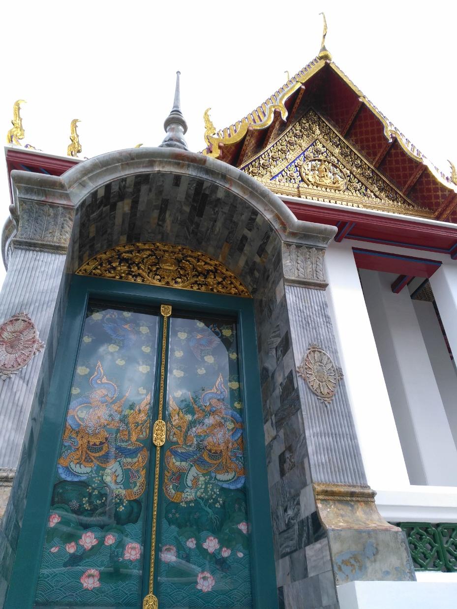 que ver en bangkok Wat Suthata puerta