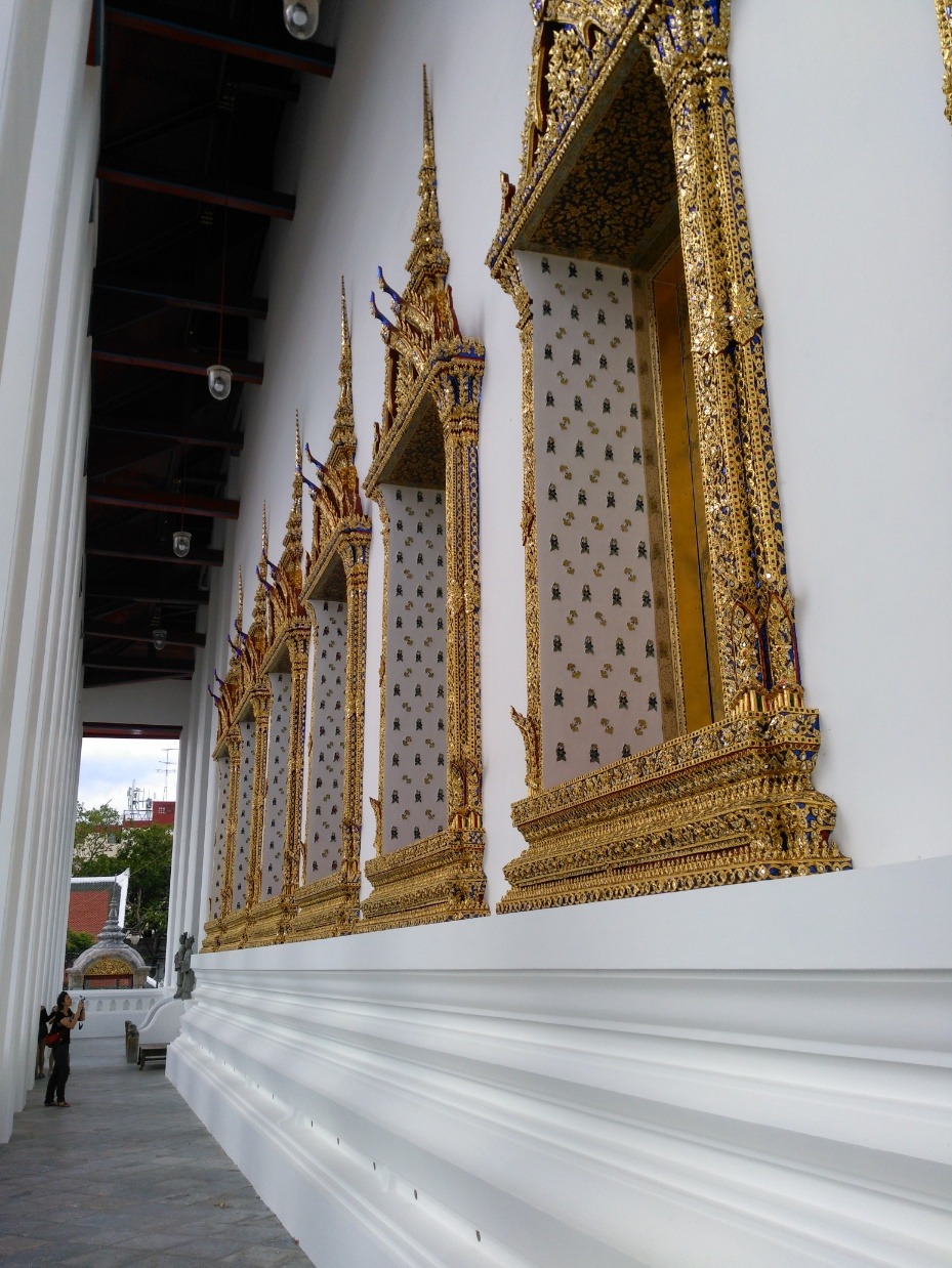 que ver en bangkok Wat Suthata ventanas